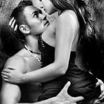 Парень смотрит девушке в лицо занимаясь сексом