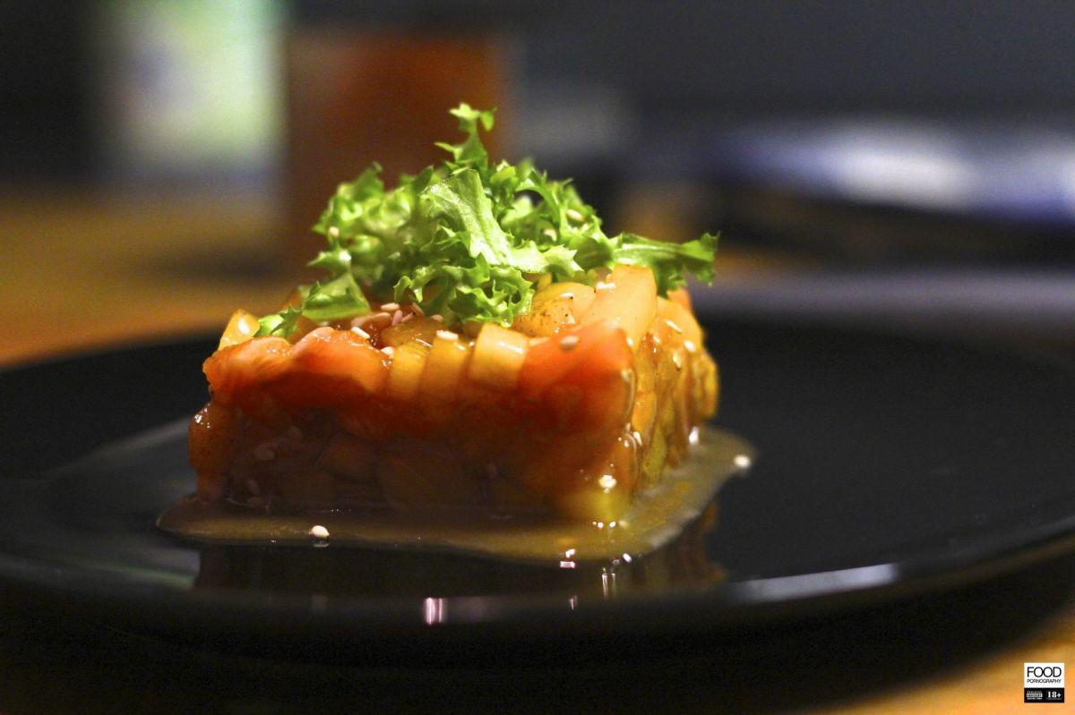 Салат с семгой и хурмой
